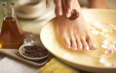 Listerine and Water Foot Soak Sugar Scrub Recipe, Sugar Scrub Diy, Diy Scrub, Best Foot Scrub, Foot Soaks, Feet Scrub, Zucker Schrubben Diy, Camphor Oil, Cocoa
