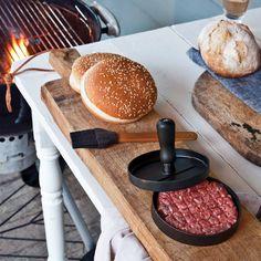 LOOOQS Hamburgerpers en kwast  Description: Hamburgerpers en kwast van LOOOQS. Hamburgerpers om zelf hamburgers te maken met een perfect ronde vorm. Set van twee: hamburgerpers en kwast. De kwast is om de pers in te vetten zodat het vlees niet blijft plakken. De kwast is gemaakt van bamboe en siliconen de pers voor hamburgers is gemaakt van aluminium. Kleur: zwart. Voor in de keuken of bij de barbecue. Inclusief mooie cadeauverpakking. De diameter van de hamburgerpers is cm en hij weegt 459…