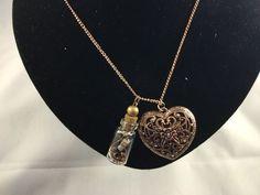Schitterende lange ketting met daaraan wensflesje en groot luxe hart. Ketting en hart hebben een rose gouden/koperen kleur. Deze ketting is maar liefst 80 centimeter lang, dus prachtig te dragen op een leuke zomerjurk!