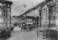 Smoking room for gentlemen. Men could reach the room throughout the day, but especially after dinner. As the ladies room,it was decorated in Georgian style, with large panels of dark mahogany and inlaid with mother of pearl. To decorate the room, there were also large stained glass windows artificially lit, while the windows that looked out onto the open deck were decorated with scenes of ports around the world.