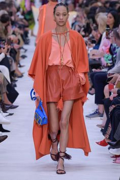 Runway pictures from the Valentino Spring 2020 Fashion Show. Paris Ready-To-Wear collections, runway looks, models, beauty Casual Fashion Trends, Indian Fashion Trends, Womens Fashion Casual Summer, Spring Fashion Trends, Bold Fashion, Women's Summer Fashion, Colorful Fashion, Fashion 2020, Fashion Show