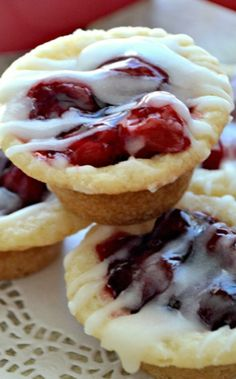 COOKIE CUPS will love these! Cherry Pie meets Sugar Cookie in these delicious, bite-sized Cherry Pie Cookie Cups! Cookie Pie, Cookie Desserts, Just Desserts, Cookie Recipes, Delicious Desserts, Dessert Recipes, Yummy Food, Cookie Dough, Cookie Bowls