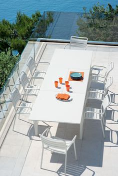 The Flat extending table can reach a considerable length metres) but at the same time its minimalist design allows coordination with any space and various types of chairs. Poolside Furniture, Garden Furniture, Outdoor Furniture Sets, Furniture Design, Outdoor Tables, Outdoor Spaces, Outdoor Living, Outdoor Decor, Metal Garden Table