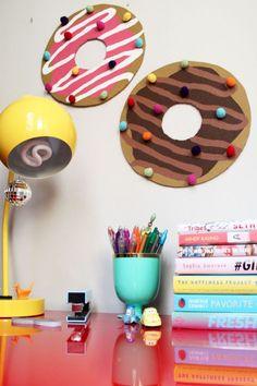tableau liège, ronds colorés et dessus de bureau rose laqué