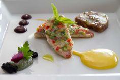 triglia in crosta accompagnata da patate marinate, tartare di alghe marine e olive Kalamata