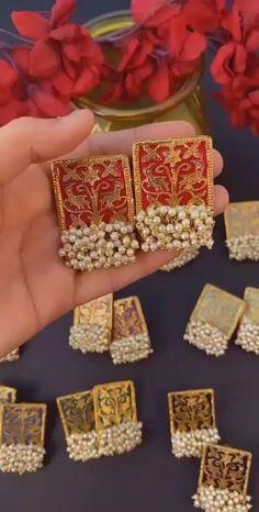 Jewelry Design Earrings, Gold Earrings Designs, Designer Earrings, Gold Bangles Design, Gold Jewellery Design, Gold Jewelry Simple, Stylish Jewelry, Fancy Jewellery, Kundan Jewellery Set