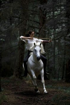 horse and archery Character Inspiration, Character Design, Fantasy Inspiration, Story Inspiration, Fashion Inspiration, Mounted Archery, Images Esthétiques, Fantasy Photography, Fairy Tale Photography