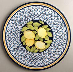 lindo prato feito em cerâmica e pintado a mão. 100 % artesanal Pottery Painting, Ceramic Painting, Pottery Art, Ceramic Art, Painted Ceramic Plates, Hand Painted Ceramics, Studio C, Geometric Patterns, Italian Pottery