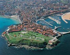 Gijón  es una ciudad española, con la categoría histórica de villa,  capital del concejo del mismo nombre. Está situada en la costa del Principado de Asturias, comunidad autónoma de la que es su municipio más poblado con 275 735 habitantes (INE, 2014). Gijón es, además, una parroquia del concejo, cuya única entidad singular de población es la localidad homónima y es además conocida por antonomasia como la capital de la Costa Verde.