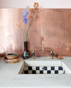 Combine black and white tiles with a rose gold faucet in the kitchen Küchen Design, Home Design, Kitchen Interior, Interior And Exterior, Kitchen Decor, Apartment Kitchen, Design Kitchen, Gold Faucet, Interior Minimalista