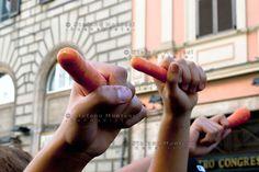 Roma, 12 Ottobre 2012.Manifestazione degli studenti delle scuole superiori contro i tagli imposti dalla nuova spending review. Carote davanti al Ministero della Pubblica Istruzione a simboleggiare la strategia del bastone e della carota voluta dal governo