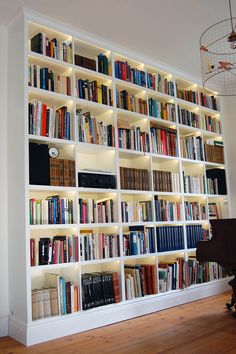 DIY: how to repaint an Ikea furniture? Bookshelves In Living Room, Wall Bookshelves, Ikea Billy Bookcase, Bookcases, Library Room, Dream Library, Home Library Design, House Design, Design Desk