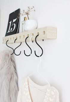 With this wooden coat rack you save space in your hall - Hallway Inspiration, Interior Inspiration, Diy Wanddekorationen, Decoration Hall, Deco Cool, Ideias Diy, Diy Interior, Inspirational Gifts, Diy Furniture