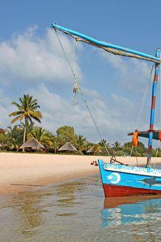 Bateau de pêche au bord de la plage, Mozambique #afrique #paysage