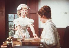Nancy (Allison Balson, l.) ist überzeugt, bei Laura (Melissa Gilbert, r.) di...