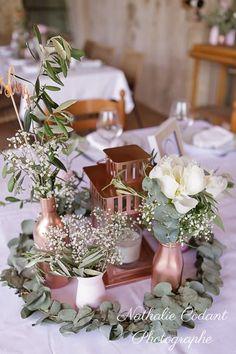 Centre de table fleuri avec vases et lanterne couleur cuivre  mariage-aurelie-remy-nathalie-codant-photographe-montpellier-344