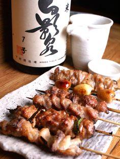 焼き鳥 Yakitori in salsa teriyaki sono spiedini di pollo spennelati di salsa fatta di soia, mirin, sake e zucchero.  Yakitori with teriyaki sauce arechicken skewers with a sauce of soy, sake, mirin and sugar.