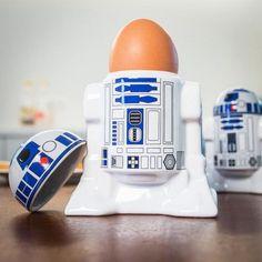 Pfiffiger Star Wars-Roboter als Eierbecher.Dieser Star Wars Eierbecher ist nicht nur was für Nerds. Auch für Kinder und Star Wars Fans ist dies ein witziges Geschenk. R2D2 als Eierbutler.
