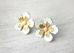 boucles fleurs de cerisier émail bleu doré de Shlomit Ofir