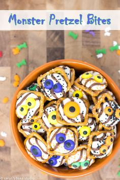 Monster Pretzel Bites – an easy, Halloween treat, flooded with sweet and salty, crunchy and chocolatey spooky goodness; a watchful dessert that will put a spell on you! Trail Mix Recipes, Fall Recipes, Sweet Recipes, Snack Recipes, Dessert Recipes, Baking Recipes, Halloween Desserts, Halloween Food For Party, Halloween Treats