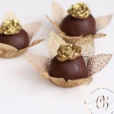 Forminhas para doces dourada casamento Chocolate Candy Recipes, Chocolate Treats, Love Chocolate, Chocolate Desserts, Chocolate Flowers Bouquet, Chocolate Dipped Strawberries, Strawberry Dip, Food Decoration, Perfect Food