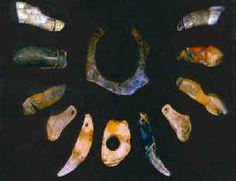 Parure du paléolithique moyen d'Arcy-sur-Cure. - Les superbes parures et les outils finement taillés de la grotte du Renne à Arcy sur Cure, caractéristiques de la période Châtelperronnière, c'est bien à Homo Néandertalis que l'on doit cette culture au sens que lui donnent les paléontologues, c'est à dire un ensemble de techniques et de styles pour fabriquer des outils, des parures, des pigments ou des peintures pariétales (datations sur 31 objets de cette grotte,dents humaines et outils en…