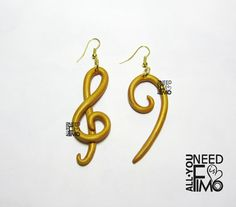 Orecchini con pendenti in fimo oro con chiavi musicali chiave di violino chiave di basso INFO QUI: https://www.facebook.com/AllYouNeedIsFimo/photos/pb.932013750212500.-2207520000.1453659613./945423335538208/?type=3&theater \/ #fimo #orecchini #pendenti #chiavimusicali #musica #fattoamano #artigianato #polymerclay #earrings #dangly #musickeys #music #handmade #diy #ooak