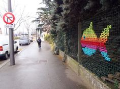 Have you ever seen cross stitch street art? Artist Urban X Stitch weaves strips of fabric to create this colorful and whimsical street art. Creative Arts And Crafts, Arts And Crafts Projects, Art And Craft Design, Design Crafts, Graffiti, Fence Weaving, Guerilla Knitting, Diy Recycling, Link Art