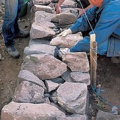 Tutorial: how to mount a dry stone wall-Tutoriel : comment monter un mur en pier. Tutorial: how to mount a dry stone wall-Tutoriel : comment monter un mur en pierre sèche Tutorial: how to mount a dr Fake Stone, Dry Stone, Stone Fence, Stone Walkway, Building A Stone Wall, Stone Cabin, Terraced Backyard, Spanish Garden, House Outside Design