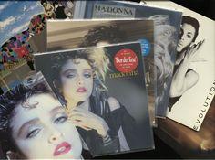 """6 albums van Madonna en Prince incl. 'Madonna' 'True Blue' 'Like a virgin"""""""" Paisley Park' 'Parade' en ' u' - twee Madonna albums komen met originele affiches in MINT  Madonna en Prince zes albums van de artiesten die regeerde van de jaren tachtig.Incl. 'Madonna' (Ger) 'True Blue' (USA) 'Like a virgin' (Ger) """"Paisley Park' (USA) 'Parade' (Ger) en 'voor jou' (Can).Voorwaarden: albums algemene in EX / NM voorwaarde prachtig glanzend en nauwelijks gespeelde vinyl.Hoes 'Paisley Park' (USA) in VG…"""