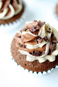Mudslide Cupcakes - coffee-flavored boozy cupcakes with Bailey's buttercream frosting. Great #cupcake #recipe