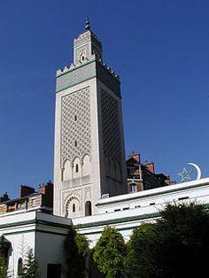 La Grande Mosquée de Paris est de style mauresque avec un minaret de 33 mètres1. Elle est située 6, rue Georges-Desplas dans le quartier du Jardin-des-Plantes du 5e arrondissement de Paris.