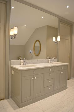 InFrame baderomsinnredning med marmorplate og underlimt servant i lys grå farge. Armatur fra Tapwell