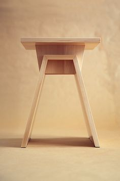 I like this design of stool chair because there are two hole at middle that will make easy to carry around and also there is hard connection between the stand and the surface you sit on. Tea Table Design, Chair Design Wooden, Wooden Stools, Wooden Tables, Small Furniture, Plywood Furniture, Diy Furniture, Furniture Design, Plywood Projects