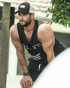 Chris Hemsworth dotes on his twins in Byron Bay Look At You, How To Look Better, Snowwhite And The Huntsman, Hemsworth Brothers, Chris Hemsworth Thor, Australian Actors, Photography Poses For Men, Bear Men, Chris Pratt