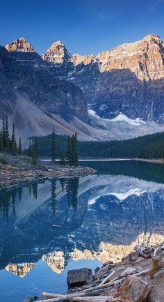 A cold morning in Moraine Lake Canada. Banff National Park. #canadatravel