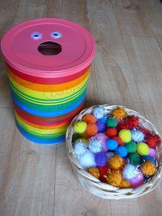 Un jeu fait maison : le gobe pompons Young Toddler Activities, Montessori Toddler, Montessori Activities, Kindergarten Activities, Infant Activities, Toddler Preschool, Activities For Kids, Baby Lernen, Daycare Crafts