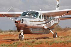 """Die Cessna 208B Grand Caravan ist ein Flugzeug, welches mit der modernsten Bordtechnik ausgestattet ist. Es fliegt Sie zunächst in den Tsavo Ost Nationalpark, der mit seiner abwechslungsreichen Tierwelt und den typischen roten Elefanten, das erste Highlight der Safari markiert.  Höhepunkt ist der Flug in die Masai Mara, eines der tierreichsten Tierschutzgebiete Afrikas und bekannt für das alljährliche Naturschauspiel der """"Great Migration""""."""
