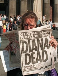 LONDON, UNITED KINGDOM - AUGUST 31: A Canadian tourist reads 31 August in front of Saint-Paul's Cathedral in London, where Britain's Prince Charles and Princess Diana were married sixteen years ago, a British newspaper announcing that Diana, Princess of Wales, died earlier in the day in a car crash with Egyptian billionaire Dodi al-Fayed. (Photo credit should read DAVE GAYWOOD/AFP/Getty Images)