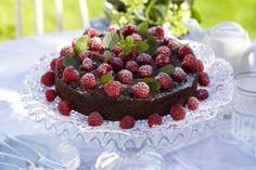 Oppskrift på en fantastisk god sjokoladekake med deilig smak av appelsin og bringebær. Absolutt kakebordets midtpunkt. Litt krem eller god is kan serveres til.