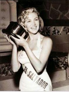 The Marilyn Monroe salvadorian: María Isabel Arrieta GálvezPrimera Finalista  deMiss Universo, en la Edición de1955realizada enLong Beach,Californiael22 de julio.