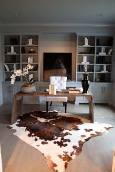 Contemporary Home Office Design Ideas - Search pictures of contemporary home offices. Discover ideas for your fashionable home office design with ideas for decor, storage space and also furniture. Modern House Design, Office Interiors, Cow Hide Rug, House Interior, Office Furniture, Contemporary House, Masculine Home Offices, Home Interior Design, Office Design