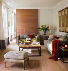 Salón de corte clásico con gran panel corredero de madera que separa del comedor