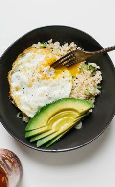 Rice Bowl with Fried Egg and Avocado 2019 Brown ricehigher in fiber and other nutrients than its white counterpartis the perfect vehicle for this quick protein-heavy lunch. The post Rice Bowl with Fried Egg and Avocado 2019 appeared first on Lunch Diy. Think Food, I Love Food, Plats Healthy, Healthy Snacks, Healthy Eating, Dinner Healthy, Healthy Rice, Healthy Brown Rice Recipes, Heathy Lunch Ideas