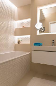 Osvětlení zdůrazňuje 3D bílé obklady.
