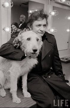 Johnny Cash and Sandy the dog backstage at the Broadway production of the musical Annie. Photo by David Mcgough via LIFE Johnny Cash June Carter, Johnny And June, Famous Dogs, Famous Faces, Famous People, Rock And Roll, Rockabilly, Musica Country, Celebrity Dogs