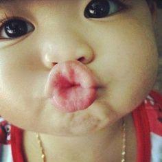 baby kiss--- how cute is this face? Precious Children, Beautiful Children, Beautiful Babies, Spoiled Children, Sweet Pictures, Baby Pictures, Human Pictures, Cute Kids, Cute Babies