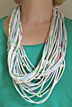 Kette aus Shirt und Strohhalmen / Necklace made from shirt and straws / Upcycling