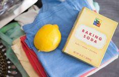 Okselvlekken: met een beetje citroensap en water haal je de meeste vlekken eruit. Hardnekkige vlekken smeer je in met een pasta van soda waarna je het kledingstuk in de wasmachine gooit. werkt perfect!