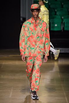 The complete MSGM Spring 2020 Menswear fashion show now on Vogue Runway. Indian Men Fashion, Mens Fashion, Fashion Menswear, Smart Menswear, Casual Menswear, Vogue Paris, Models, Fashion Show Collection, Casual Street Style